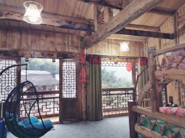 赤い提灯を飾って華やかに 年越し控えたレトロな民宿 湖南省