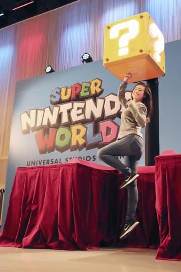 USJの新エリア「SUPER NINTENDO WORLD」に導入する手首に巻くバンドを使った新技術=1月14日、大阪市