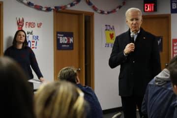13日、米アイオワ州の選挙事務所でボランティアにあいさつするバイデン前副大統領(右)(ゲッティ=共同)