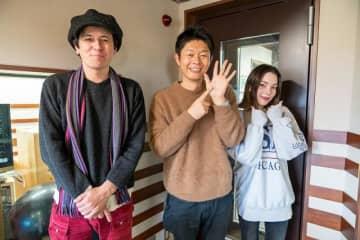 写真は左からジョージ・ウィリアムズ、島田秀平さん、安田レイ