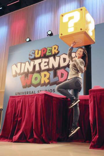 USJの新エリア「SUPER NINTENDO WORLD」に導入する手首に巻くバンドを使った新技術=14日、大阪市