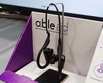 日本のスタートアップ企業であるfreecleはCESで聴覚支援ヒアラブルデバイス「able aid」を出展していた
