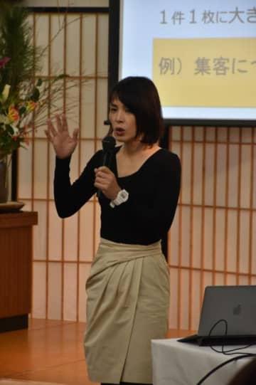 コンセプトづくりやPR戦略について講演する南雲朋美さん
