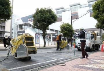 歩道を拡幅する1車線化工事が始まった県庁通り