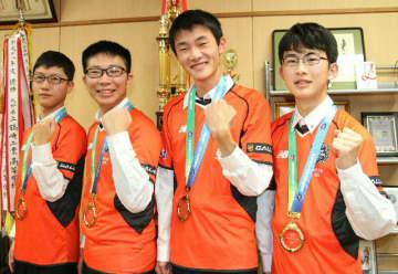 「ロケットリーグ」部門で初優勝した鶴崎工高の(右から)矢野さん、仲元さん、神田さん、礒崎さん=大分市の鶴崎工高