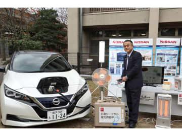 横浜市役所において、横浜市副市長の小林一美氏が電気自動車「日産リーフ」からの給電デモンストレーションを行ったようす