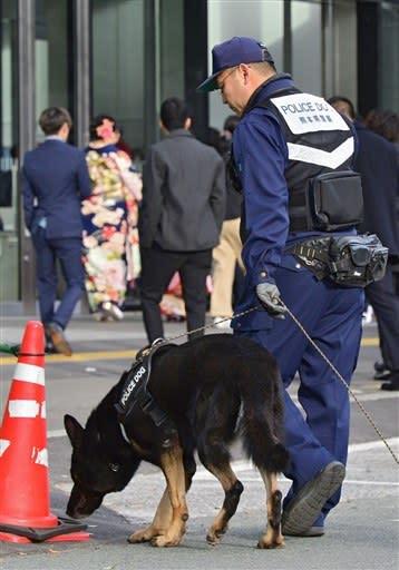 熊本市成人式の会場周辺を警戒する警察犬と警察官=13日午前9時20分ごろ、同市中央区の大型商業施設「サクラマチ クマモト」前(小野宏明)