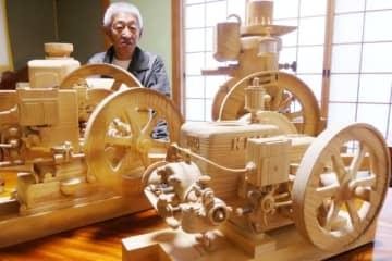 精巧に作られた石油発動機の木製模型=竹田市吉田