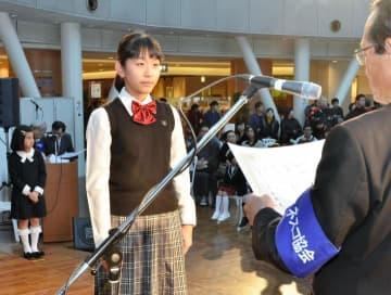 えひめユネスコ絵画展の表彰状を受け取る受賞者