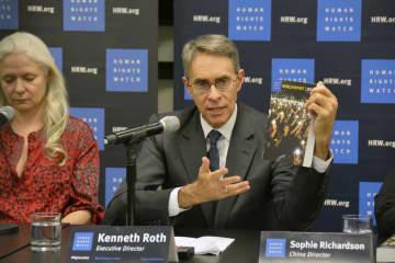 記者会見する国際人権団体ヒューマン・ライツ・ウオッチのケネス・ロス代表=14日、米ニューヨークの国連本部(共同)