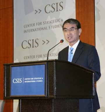 米シンクタンクの戦略国際問題研究所で講演する河野防衛相=14日、ワシントン(共同)