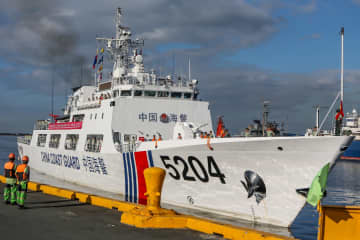 中国海警艦艇、初のフィリピン訪問 火山噴火被災者に保存食料提供