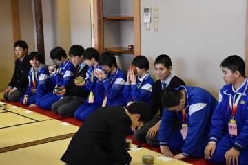 茶道を体験する吉林大付属中の生徒たち=藤嶺学園藤沢
