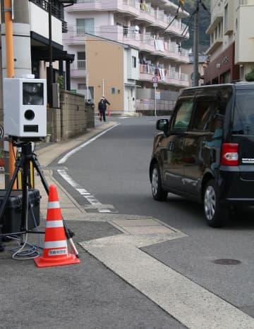 市道で使用された速度違反取り締まり装置(左)=9日、長崎市内