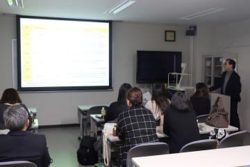 被爆者の健康について学ぶ参加者=長崎市、長崎大原爆後障害医療研究所