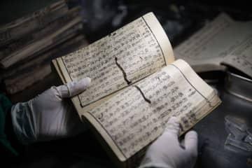 日本から送られた虫食い被害が深刻な古書を押収 長沙税関