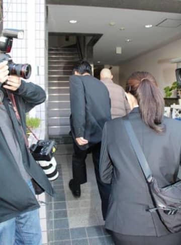 河井案里氏の事務所の家宅捜索に入る広島地検の関係者(15日午前10時38分、広島市中区東白島町)