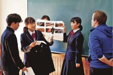 外国人客にみなべ町をPRすることを想定し、外国語指導助手(右)に話し掛ける生徒=和歌山県みなべ町滝で