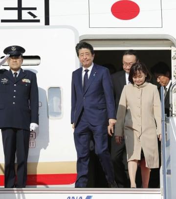 中東歴訪を終え、帰国した安倍首相と昭恵夫人=15日午後、羽田空港
