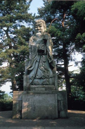 足羽山にある継体天皇像