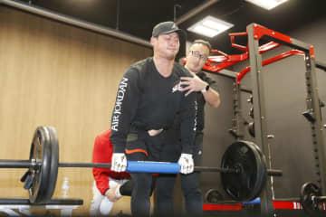 トレーニング施設で鍛える日本ハム・中田=大阪市
