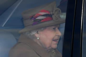 英国のエリザベス女王は13日、ヘンリー王子とメーガン妃の王室の主要メンバーから退くとの申し入れを受け入れた。写真は12日、教会に到着した女王。 - (2020年 ロイター/Toby Melville)