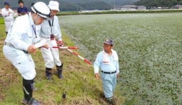 矢掛町のため池で管理者の相談に応じる「サポートセンター」の職員=2019年8月