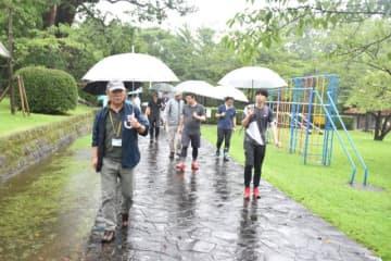 昨年7月にあった「九州オルレ」の認定審査で、「宮崎・小丸川コース」のルートを歩く関係者=木城町・城山公園