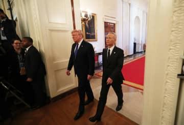 劉鶴氏とトランプ氏、ホワイトハウスのイーストルームに到着 経済貿易協定調印へ