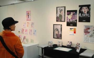 デザイン科3年生の凝った作品を鑑賞する来場者=川崎市川崎区のアートガーデンかわさき