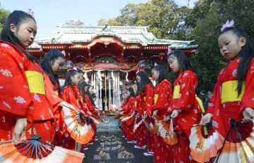 海南神社で「チャッキラコ」を奉納した少女ら=三浦市三崎