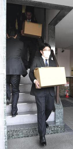 河井案里氏の事務所を家宅捜索し、段ボールで押収した資料などを運び出す捜査員(15日午後3時、広島市中区東白島町)