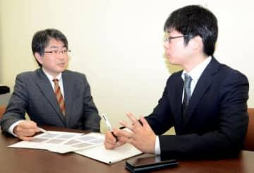 研究内容について意見を交わす市村教授(左)と鎌田特命講師