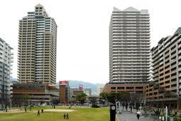 復興市街地再開発事業が進められた六甲道駅南地区。近年は人口が増え、地価も上昇している=神戸市灘区