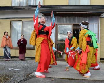 門付け先の家の前で「田植え餅つき踊り」を披露する目名婦人会の女性たち