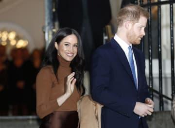 ヘンリー王子(右)とメーガン妃=7日、ロンドン(AP=共同)