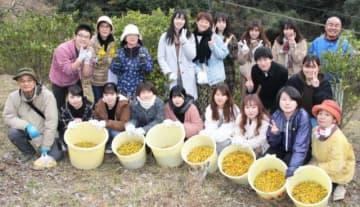 収穫作業を手伝った学生ら。最前列の右端が田中敏子さん=大分市福宗