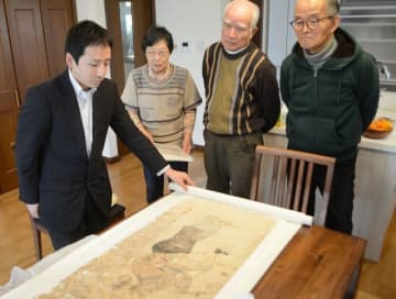 修復した屏風絵を富岡さん(左から3人目)に見せる東野講師(左)
