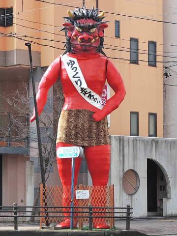 節分つり込み祭りの開催を前にお目見えした巨大赤鬼=岐阜市加納朝日町