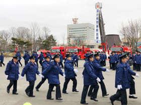 今年の出初め式で行進する消防団員