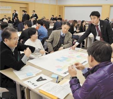 県の将来像や地域課題について意見を交わす参加者