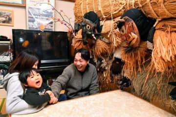 「言うこと、聞きます」。スネカを前に泣きながら約束する竹ケ原柊季ちゃん=15日、大船渡市三陸町吉浜