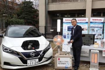 横浜市役所で行われた小林副市長による給電デモンストレーション(画像: 日産自動車発表資料より)