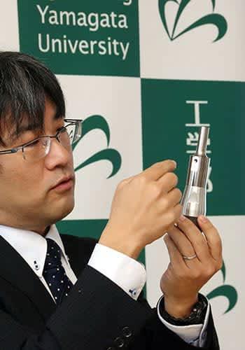 振動を生かし、超微細な泡を発生させる装置を説明する幕田寿典准教授=米沢市・山形大工学部