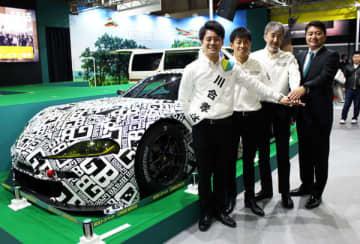 新マシン「GR SUPRA GT(JAF―GT)」で参戦するレーシングチーム「Green Brave(グリーンブレイブ)」のドライバーと埼玉トヨペットの平沼貴之副社長(右)=10日、千葉市美浜区の幕張メッセ