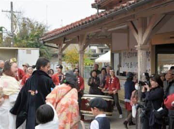 原田真吾さんと真由美さんの人前式でにぎわうJR網田駅=宇土市