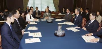 参院予算委理事懇談会に臨む与野党の議員ら。中央は金子原二郎委員長=16日午前、国会