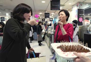ジェイアール名古屋高島屋の大型催事の会場で開かれた特別販売でチョコレートを試食する人たち=16日午前、名古屋市