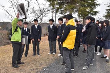 常陸太田まちかど案内人の会のメンバーのガイドに耳を傾ける生徒たち=常陸太田市新宿町
