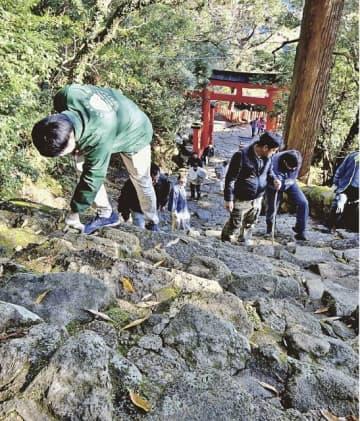 険しい石段を点検 御燈祭り前に神倉神社